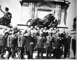 Republicanos ante Monumento Héroes Independencia México (14-04-52)