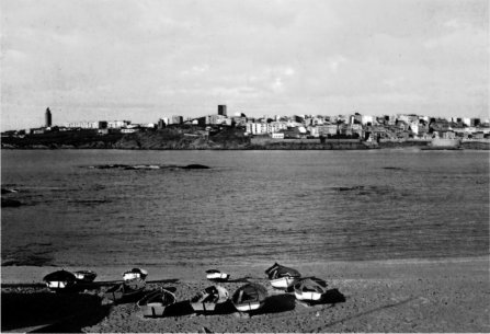Panorámica desde a praia de Riazor (196...) blanco e negro.jpg