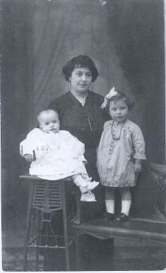 viuda de suarez Ferrin cos duas fillas 001
